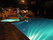 kreta - Ammoudara - Basen w hotelu LILI  nocą