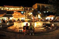 fontanna w nocy