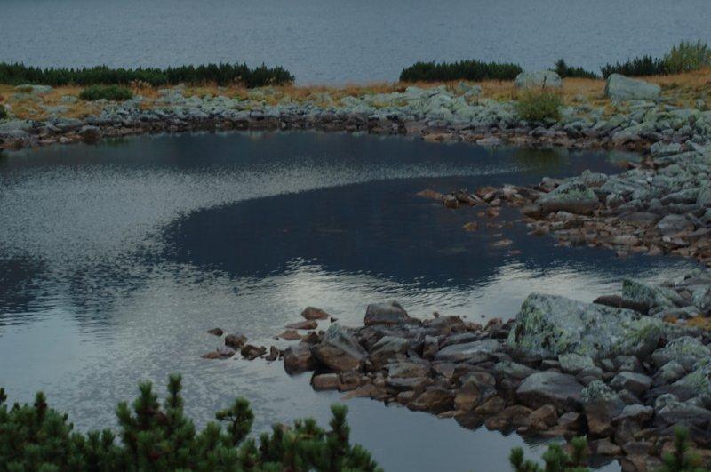 Ciemne wody rozlewa posępne jezioro